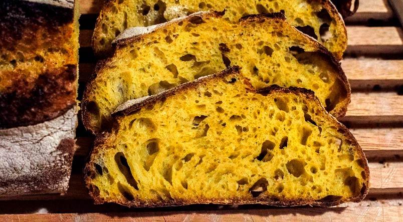 usare la curcuma per preparare pane e pizza