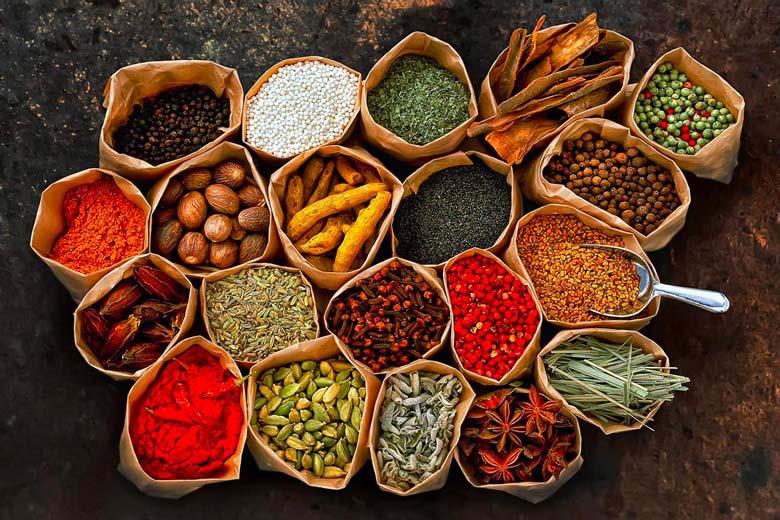 usare la curcuma per preparare il curry