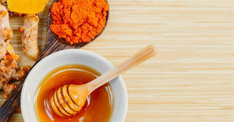Curcuma e miele: proprietà e benefici di questo antibiotico naturale